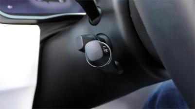 246479-palanca-que-permite-activar-autopilot-tesla