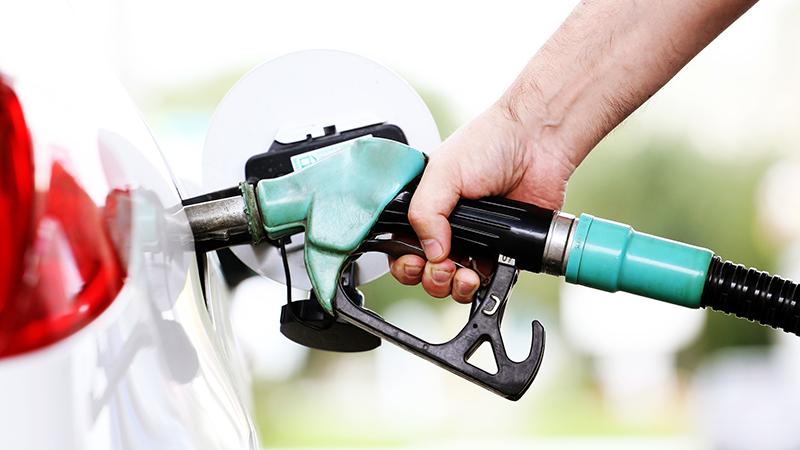 pasos-sencillos-para-eliminar-las-manchas-de-gasolina-y-su-olor